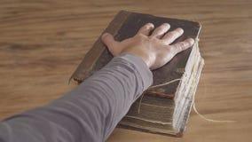Eine Mann ` s Palme auf einem alten Buch, ein Eid auf der Bibel Draufsicht von oben stock video