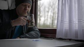 Eine Mann ` s Reise in einem Zug stock video