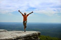 Eine Mannaufstellung glücklich auf dem Felsen am Minnewaska-Nationalpark stockfotos