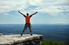 Eine Mannaufstellung glücklich auf dem Felsen am Minnewaska-Nationalpark lizenzfreie stockfotos