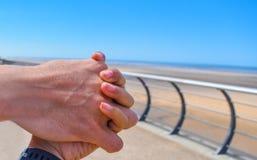 Eine Manngriffhand seines Mädchens lizenzfreie stockfotos