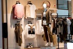 Eine Mannmodellanzeige, welche die Mode im Einkaufszentrum kleidet Lizenzfreie Stockbilder
