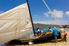 Eine Mannschaft, die das Großsegel eines doppelseitigen laufenden Bootes justiert lizenzfreies stockfoto