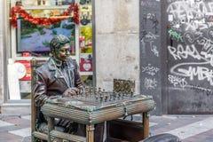 Eine Mannstatue spielt den Schachspieler und täuscht vor, alle Bronze zu sein lizenzfreie stockfotografie