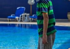 Eine Mannstellung auf Swimmingpool lizenzfreie stockbilder