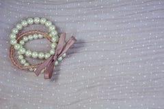 Eine Manschette gemacht von den weißen Perlen Lizenzfreie Stockbilder