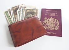 Eine Mappe voll des Geldes und des britischen Passes Lizenzfreie Stockfotos