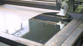 Eine Maschine mit Software-Steuerung macht eine Zeichnung auf dem Glas mithilfe der chemischen Zusammensetzung Fabrik für stock footage