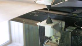 Eine Maschine mit Software-Steuerung macht eine Zeichnung auf dem Glas mithilfe der chemischen Zusammensetzung Fabrik für stock video footage