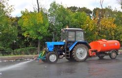 Eine Maschine säubert Moskau-Straßen Lizenzfreies Stockfoto