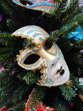 Eine Maske auf dem Weihnachtsbaum Weihnachten spielt Hintergrund Stockfotografie