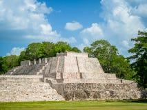 Eine Mayastruktur an der archäologischen Fundstätte von Edzna in Campech lizenzfreie stockbilder