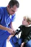 Eine medizinische Arbeitskraft und ein junges b Stockbild