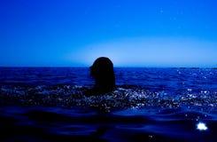 Eine Meerjungfrau taucht vom Meer u. vom x28 auf; 17& x29; Stockfotografie