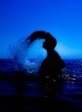 Eine Meerjungfrau taucht vom Meer u. vom x28 auf; 3& x29; Stockfoto