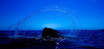 Eine Meerjungfrau taucht vom Meer u. vom x28 auf; 6& x29; Stockfotos