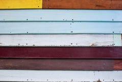 Eine mehrfarbige hölzerne Wand Stockbild