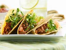 Eine Mehrlagenplatte von drei Tacos stockfotos