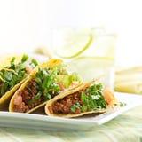 Eine Mehrlagenplatte von drei Tacos Lizenzfreies Stockbild
