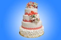 Eine mehrstufige weiße Hochzeitstorte mit rosa Blumen auf die Oberseite stockbild