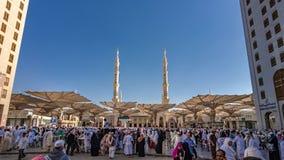 Eine Menge des Pilgers an Medina-Moschee lizenzfreie stockfotos