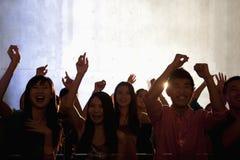 Eine Menge von den jungen Leuten, die in einen Nachtklub tanzen Stockfotografie