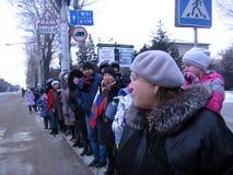 Eine Menge von den Leuten, die in Nowosibirsk, eine Autokolonne von wichtigen Beamten warten stockfotografie