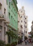 Eine Menge von Leuten besuchen alte Stadtstraßen am 27. Januar 2013 in Havana, Kuba Lizenzfreie Stockfotos