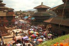 Eine Menge von Leuten während der Feier von KrishnaÂs Geburt nepal Stockbilder