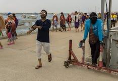 Eine Menge von Touristen kam von einer Reise Koh Larn stockfotos