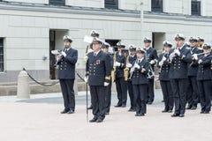 Eine Militärkapelle, die den Wachwechsel der Ehre vor Royal Palace am 1. Juli 2016 in Oslo, Norwegen begleitet stockbild