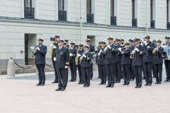 Eine Militärkapelle, die den Wachwechsel der Ehre vor Royal Palace am 1. Juli 2016 in Oslo, Norwegen begleitet stockfotografie