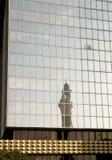 Eine Minarettreflexion von einem modernen Gebäude Stockfotografie