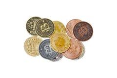 Eine Mischungsgruppe körperliches cryptocurrency, Bitcoin, Ethereum, Litecoin, Schlagstapel auf dem weißen Hintergrund, lokalisie lizenzfreie stockfotografie