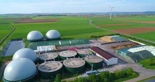Eine moderne Anlage auf einem grünen Gebiet, sichere Energie, grüne Energieerzeugung, erneuerbare Energie, Biogasproduktion Ein m stock footage