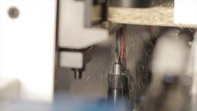 Eine moderne Bohrmaschine Bohrung einer Spanplattennahaufnahme Bohrgerätmakro stock video footage