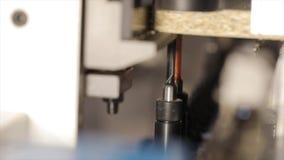 Eine moderne Bohrmaschine Bohrung einer Spanplattennahaufnahme Bohrgerätmakro stock footage