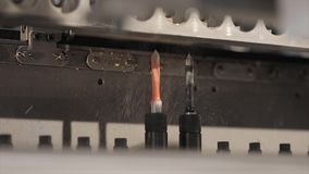 Eine moderne Bohrmaschine Bohrung einer Spanplattennahaufnahme Bohrgerätmakro stock video