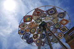 Eine moderne bunte Skulpturinstallation gemacht von benutzten Regenschirmen, Flossen, Flipflops aufgestellt im cente lizenzfreie stockfotografie