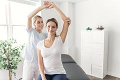 Eine moderne Rehabilitationsphysiotherapie im Raum stockfotos