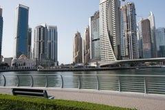 Eine Moschee übersah durch hohe Gebäude in Dubai stockfoto
