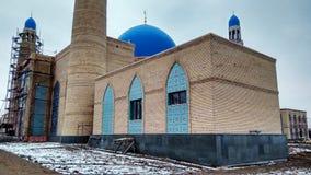 Eine Moschee wird im klaren Himmel errichtet lizenzfreie stockfotos