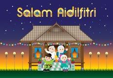 Eine moslemische Familie, die Raya-Festival in ihrem traditionellen malaysischen Arthaus feiert Mit Dorfszene Die Wörter stockbild