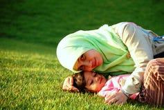 Eine moslemische Mutter und eine Tochter Stockfotos