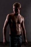 Eine muskulöse Mannaufstellung Lizenzfreies Stockbild
