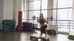 Eine muskulöse Sportlerin führt zurück Laufleinen mit durch stock video