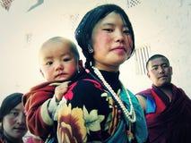 Eine Mutter mit einem Kind auf ihr zurück stockbild