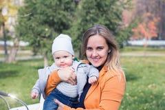 Eine Mutter mit ihrem kleinen Sohn im Park Lizenzfreies Stockbild