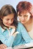 Eine Mutter mit ihrer Tochter Lizenzfreie Stockbilder