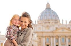 Eine Mutter mit Tochter in ihren Armen in der Vatikanstadt Lizenzfreie Stockbilder